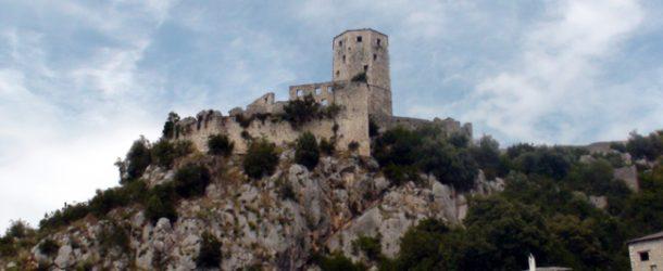#233 : Gravir les marches du donjon de Pocitelj en Herzégovine