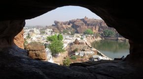 #416 : Exploring the sanctuary caves of Badami
