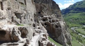 #516 – Visiting the troglodytic city of Vardzia in Georgia