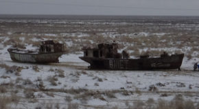 #639 : Looking at the Aral Sea cemetery in Moynaq